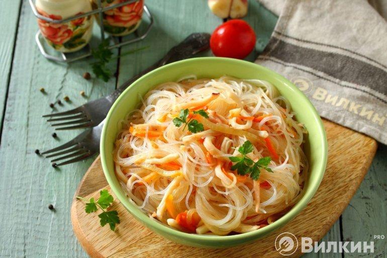 теплый салат с фунчозой, кальмарами и овощами
