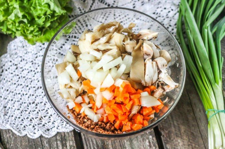 гречка, овощи и грибы в миске