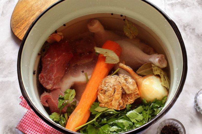 закладка мяса и овощей в кастрюлю