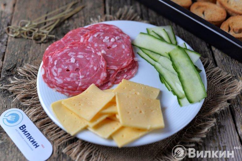 сыр, колбаса и огурец