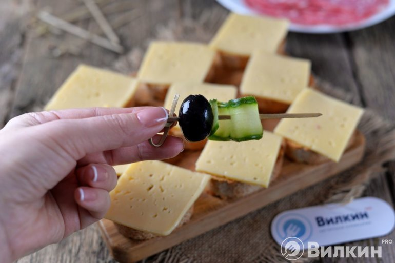 накалывание на шпажку маслины с огурцом
