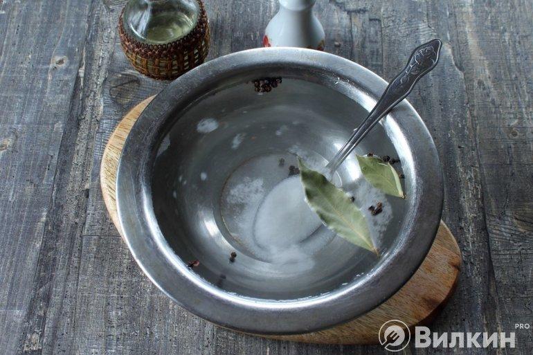 вода с солью, сахаром и пряностями