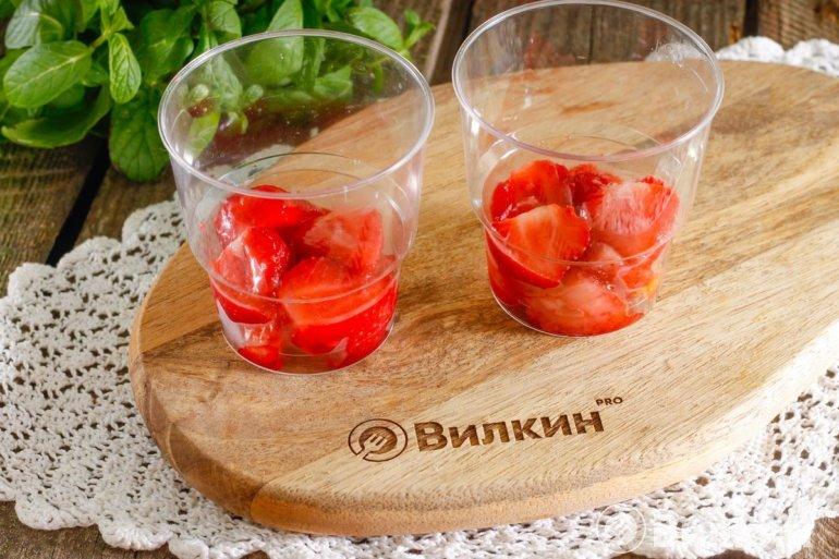 слой ягод в стаканах