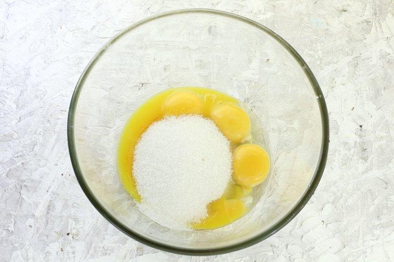 соединение желтков с сахаром
