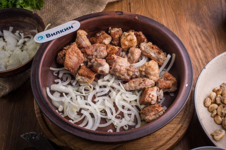 добавление мяса и лука в форму