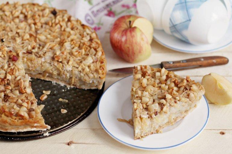 кусочек насыпного яблочного пирога