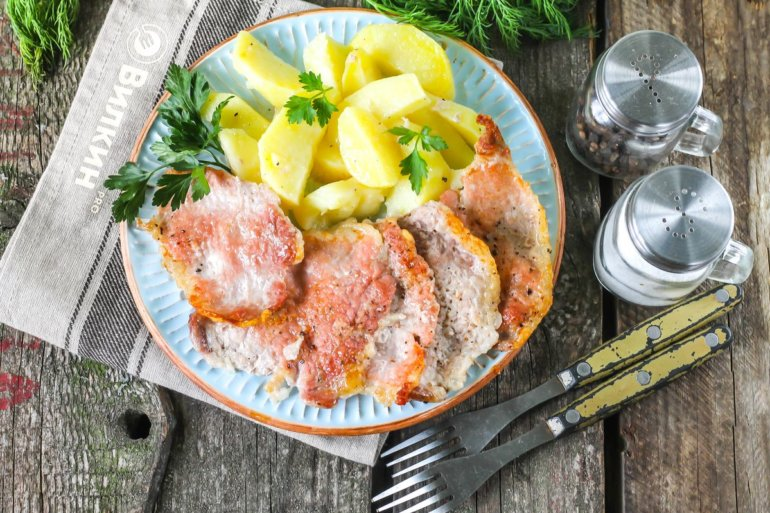 запеченная картошка со свиными отбивными