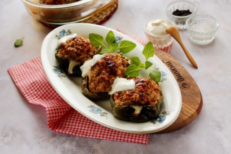 Перец, фаршированный мясом и рисом в духовке