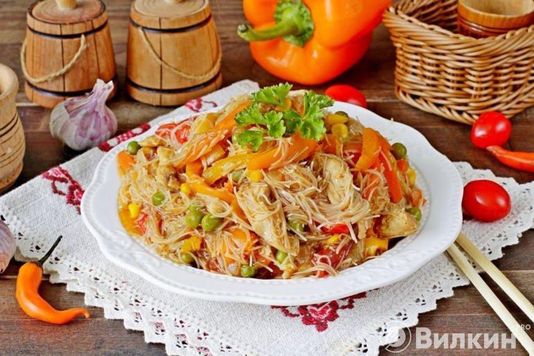 порция рисовой лапши с куриным филе и овощами