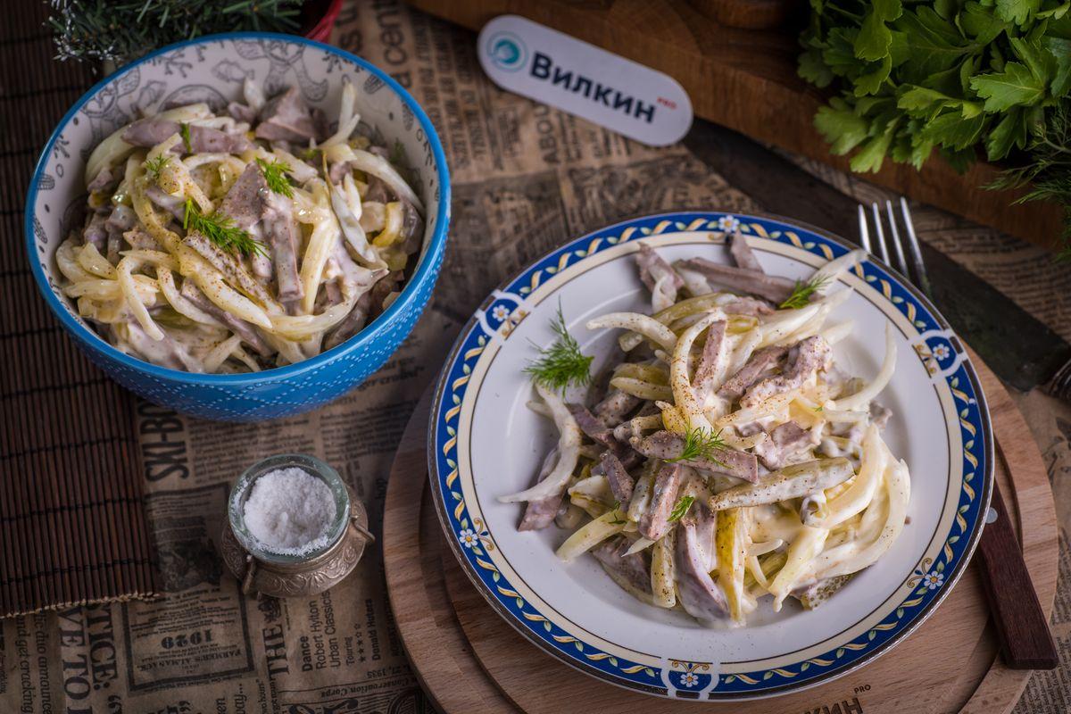 салат из говяжьего сердца, соленых огурцов и маринованного лука