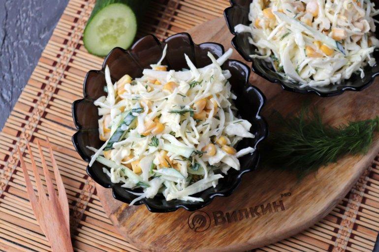 Салат из свежей капусты, кукурузы и огурца