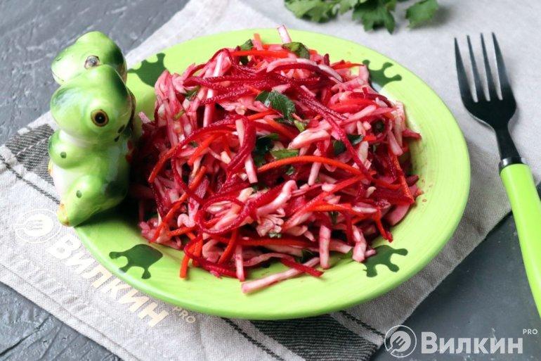 Салат «Щётка» из капусты, свеклы и моркови