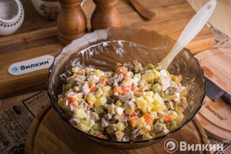 смешивание всех продуктов в салатнике