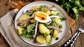 салат с анчоусами, картофелем и стручковой фасолью
