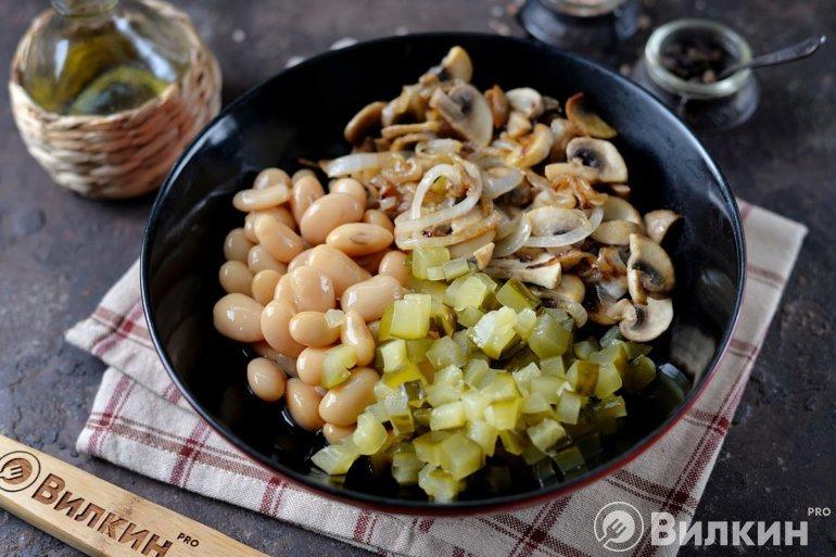 добавление жареных грибов с луком