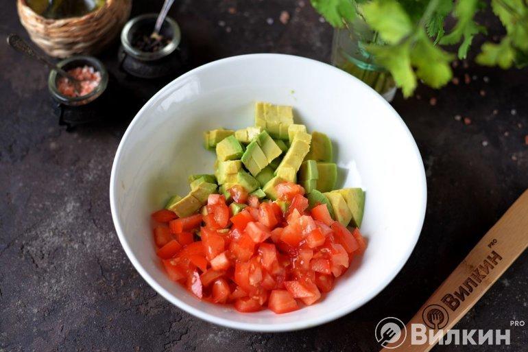 авокадо и помидор