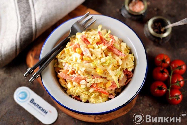 Салат с копченой курицей и кукурузой