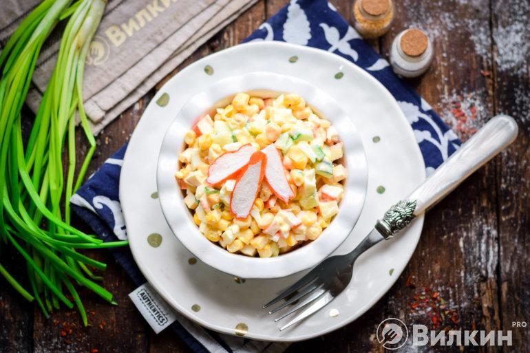 Салат с крабовыми палочками и кукурузой по классическому рецепту