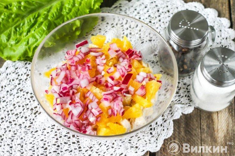 добавление маринованного лука в блюдо