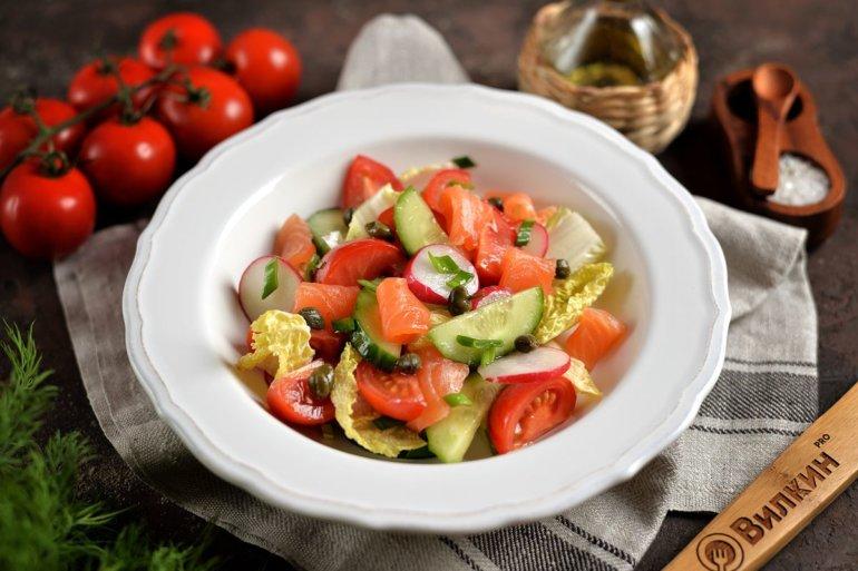 салат с малосольным лососем и овощами