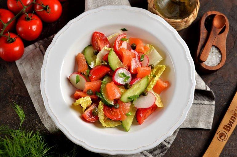 Салат с лососем слабосоленым и овощами