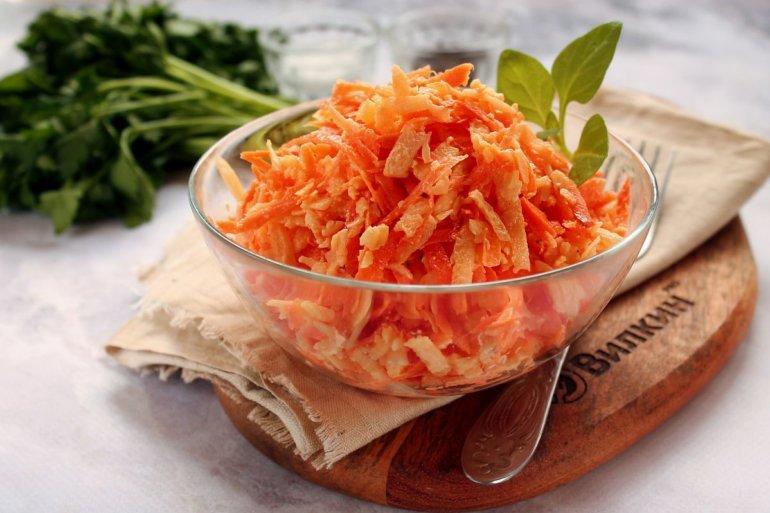 Салат из сырой моркови с сыром и чесноком