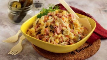салат с солеными огурцами и колбасой