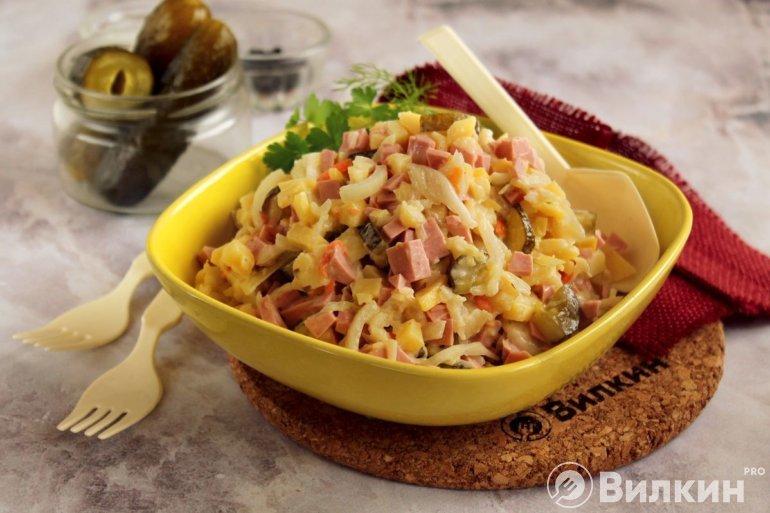 Салат с солеными огурцами и вареной колбасой