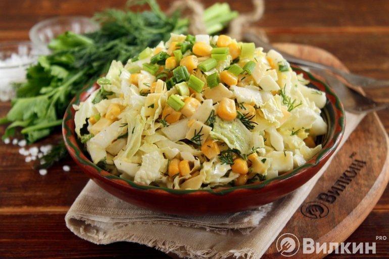 Салат из яиц, сыра и кукурузы