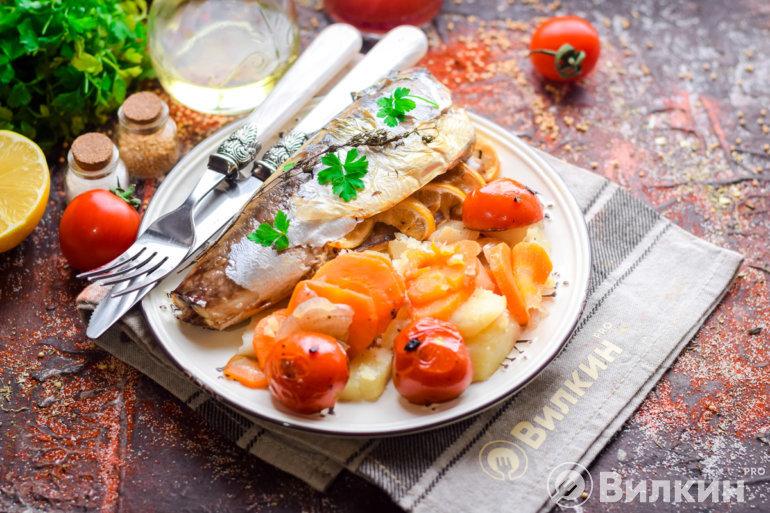 Скумбрия с овощами в духовке в фольге