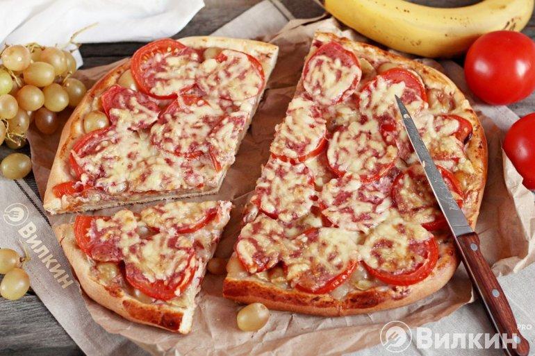 пицца с виноградом и помидорами