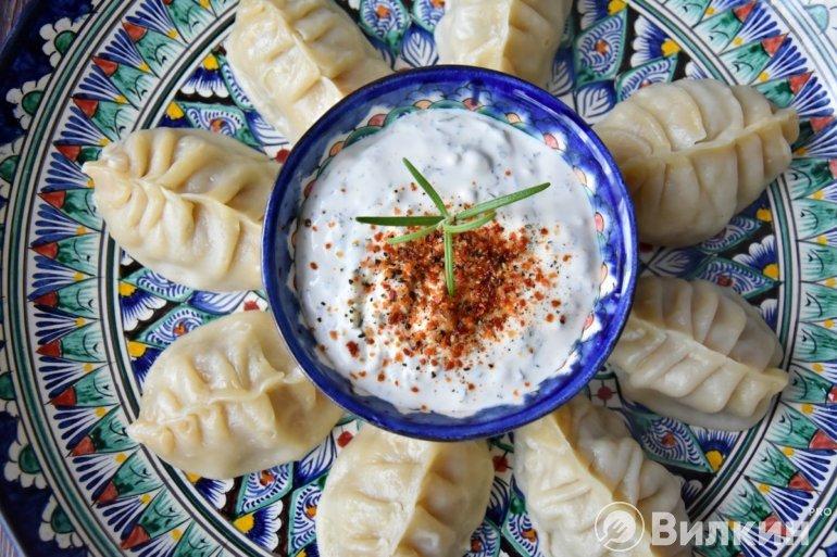 манты с традиционным соусом