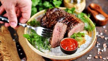 стейк из говядины на сковороде-гриль
