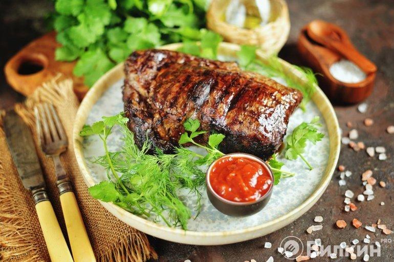 говяжий стейк гриль с томатным соусом