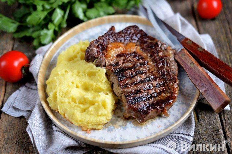 говяжий стейк с картофельным пюре