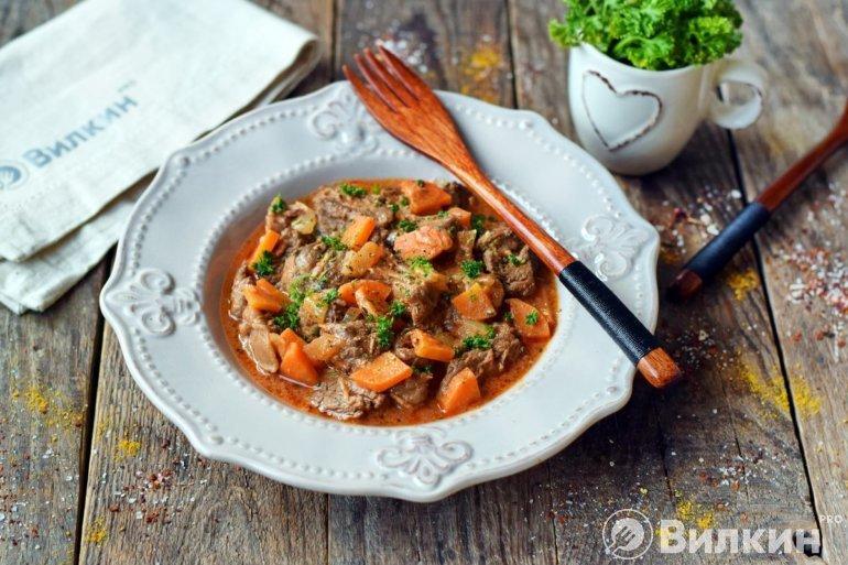 Тушеная говядина с луком и морковью