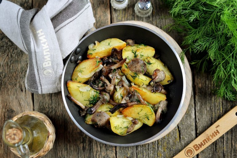 Жареная картошка с опятами и луком