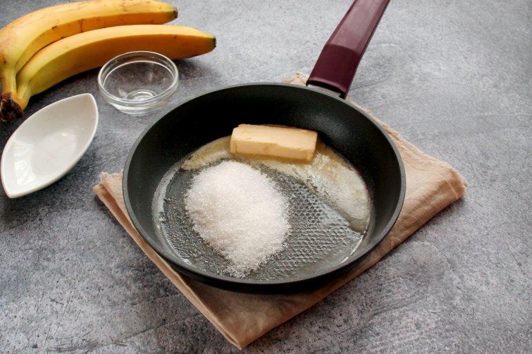 масло и сахар на сковороде