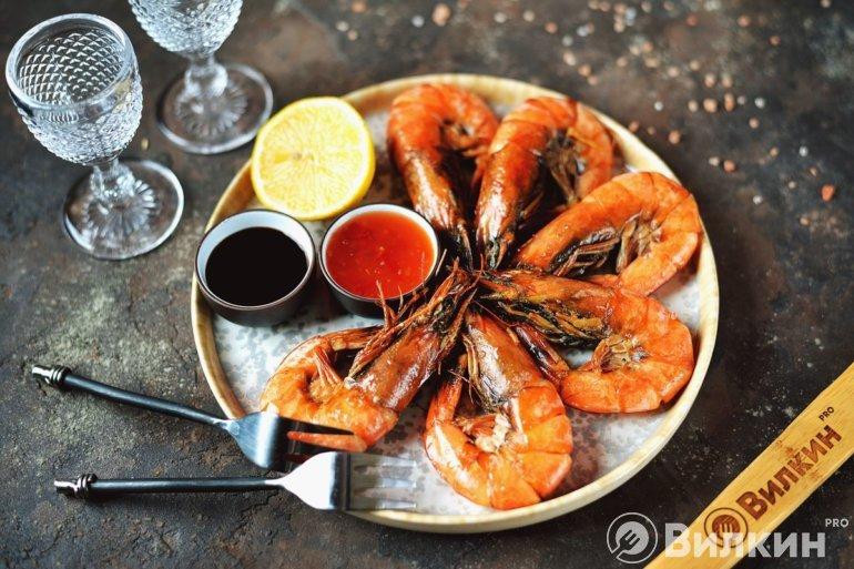 жареные креветки с соусами
