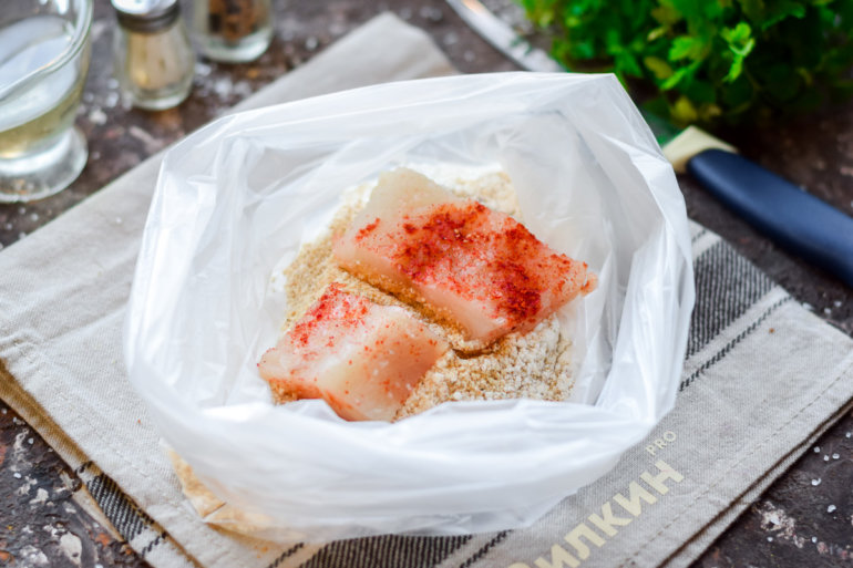 закладка рыбных кусочков в пакет