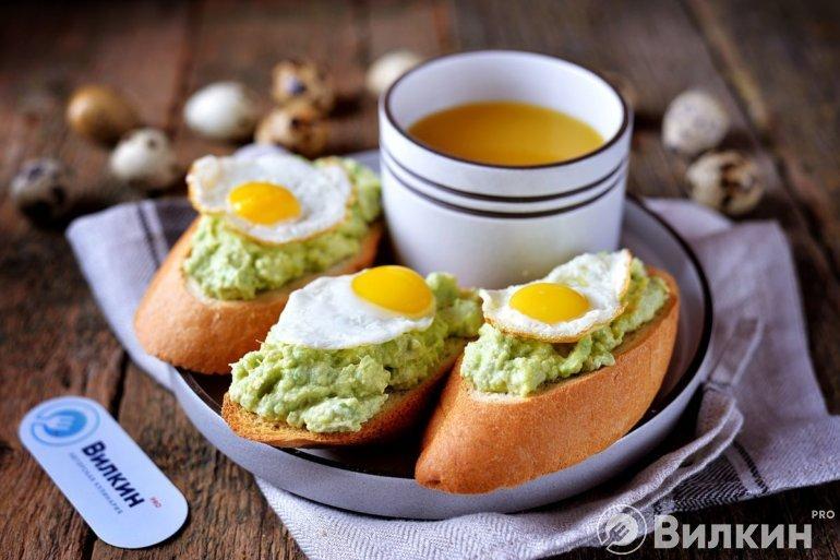 бутерброды с яйцом и пастой из авокадо