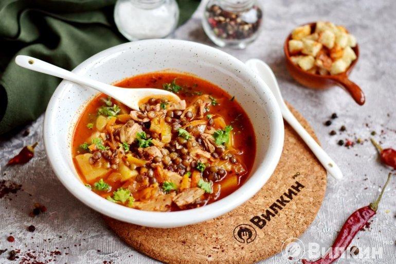 подача горячего супа из чечевицы на обед