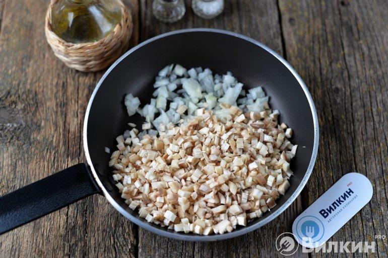 лук и грибы на сковороде