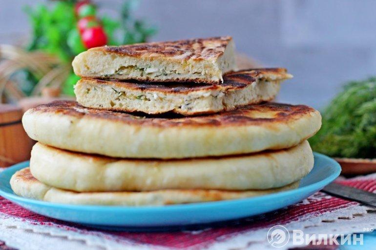 стопка хачапури с творогом и сыром