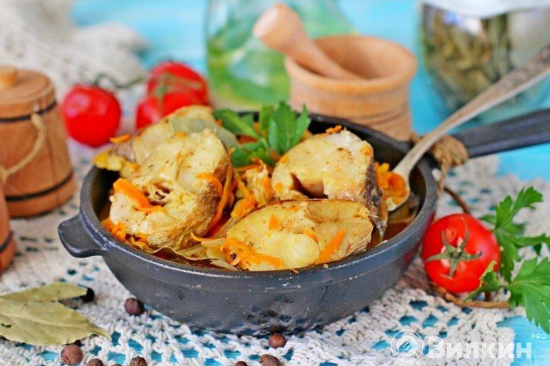 порция тушеного хека с овощами
