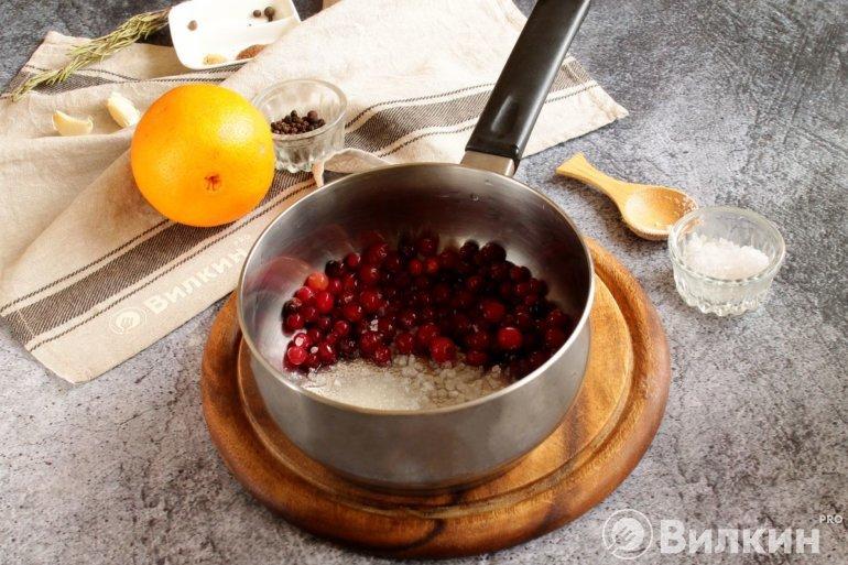 ягоды в сотейнике