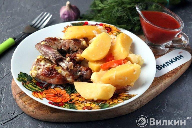 порция картошки с мясом кролика