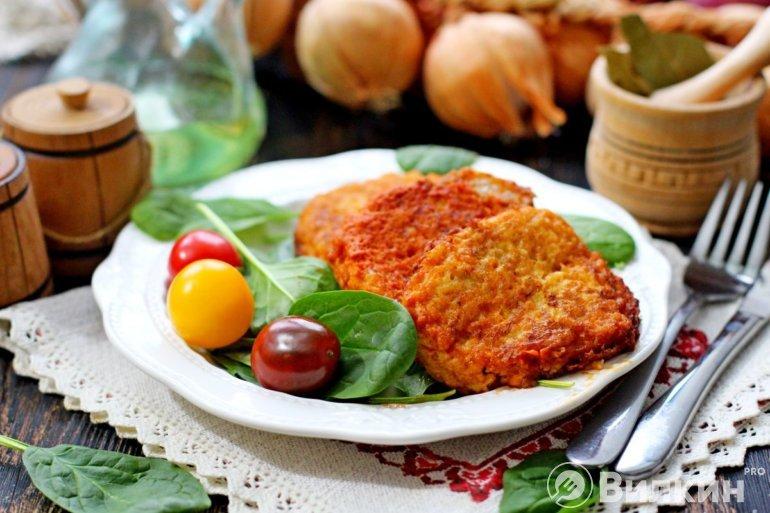 вкусные луковые котлеты в томатном соусе