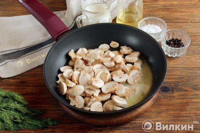 грибы на сковороде с маслом