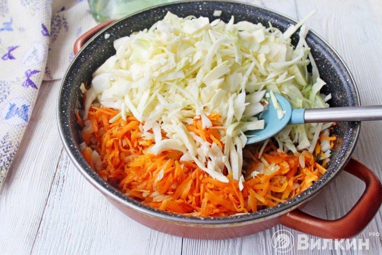 закладка овощей в сковороду